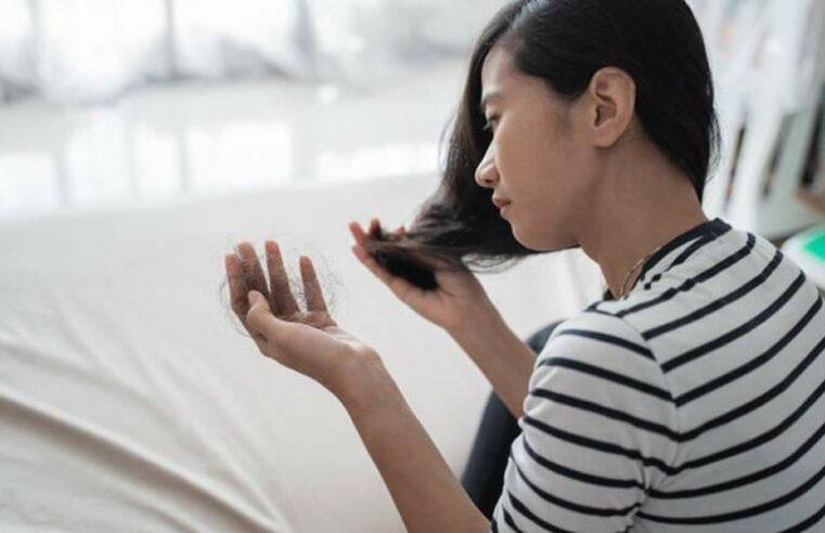 Qual é a causa da queda de cabelo pós-parto?