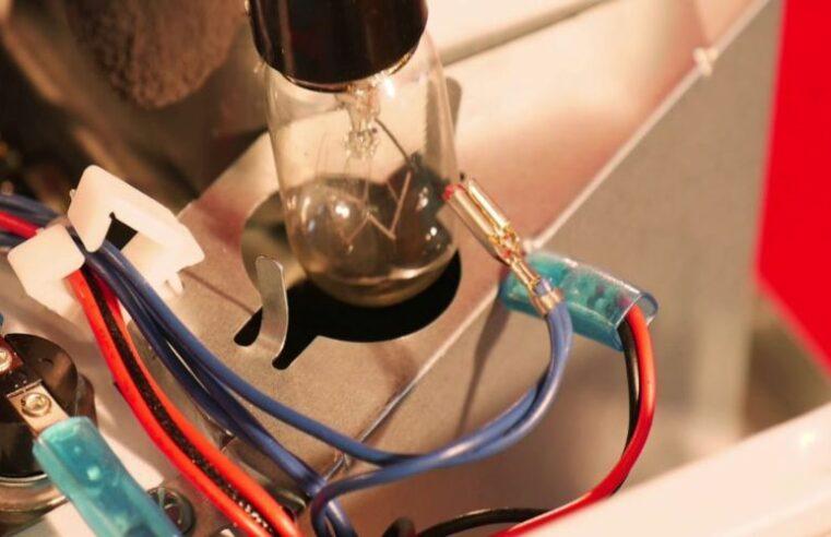 Como posso trocar a lâmpada do microondas?