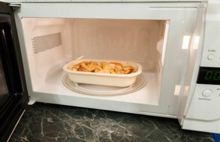 Por que o prato do microondas parou de girar?